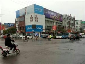 今天中午11点,发生在小广场十字路口的事