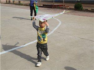 在澳门地下赌场娱乐北边,清凉江畔有一个欣星学校,学生们正在这样上课....