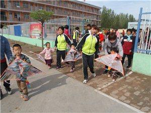 在阜城北边,清凉江畔有一个欣星学校,学生们正在这样上课....