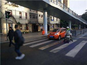 四川新闻网――广汉孕妇大出血送医途中遇早高峰,成都交警17分钟安全护送