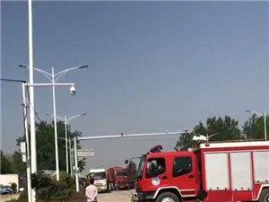 京九大道大货车与气油罐车发生碰撞,汽油流淌地面,所有消防车全部出动