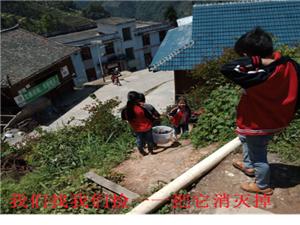 贵州.从江 加鸠镇加努小学小小志愿清洁员的笑容