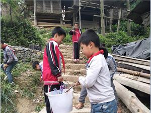 加鸠镇加努小学小小志愿清洁员做好清洁风暴卫生,继续发扬,常抓不懈!