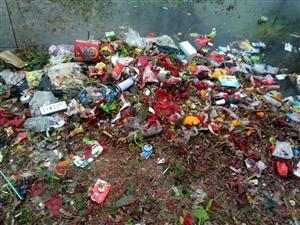 生活垃圾倒进吃水源