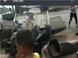 今天上午表白寺镇牌坊附近一辆白色轿车与摩托车相撞,轿车侧翻,摩托车受损