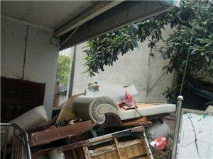 三亚小区内垃圾站旁,扔掉的木制家俱(图片)