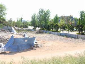 蓬溪一路边建筑垃圾堆积如山气味难闻