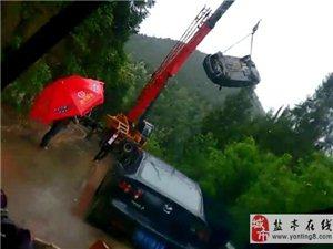 雨天行车请谨慎!盐亭毛公一轿车飞进田里了!