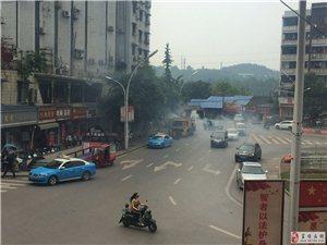黄桷树停一辆车冒烟了!