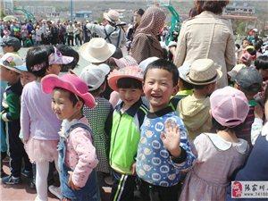 张家川贝尔克幼儿园五月份亲子活动,家长和小孩玩的高兴极了
