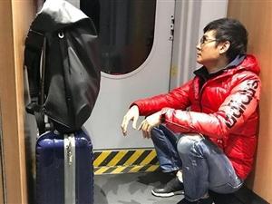 50岁焦恩俊,如今落魄坐火车买无座票,蹲在角落无人认知