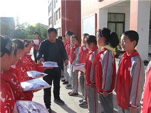 澳门博彩正规网址县城关第三小学为贫困学生捐赠校服