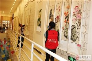 张家川在线走进影视中心拍摄天水市首届民族妇女书画展