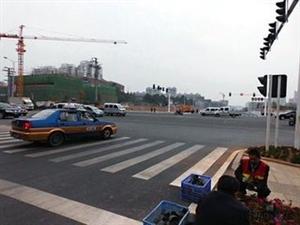 石霜路右转花炮大道闸道三轮车经常堵路,严重影响通行。