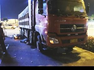 货车与摩托车象山大道相撞摩托车手被卷入车轮