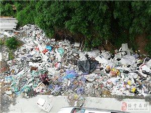 这里垃圾满地,哪像一个高档小区?太垃圾了