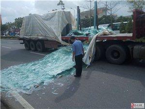 高州东方大道一货车车上部分玻璃突然倒下