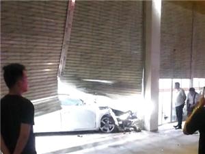 高州一小车撞入路边店铺,小车车头损毁严重!