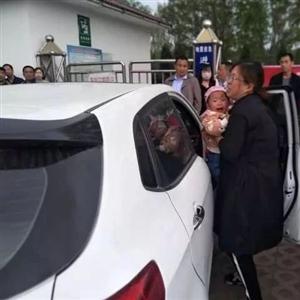 滨河公园门口:家长粗心大意惹事端,儿童误锁车门困车内!