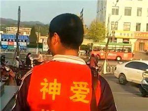 左权家家利超市广场出现穿红色马甲男子,疑似...