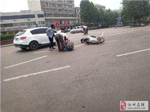 刚刚东花坛一轿车和电动车发生交通事故,天热大家出行要把安全放在第一位!