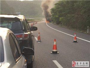 成巴高速八角段一辆货车发生自燃!