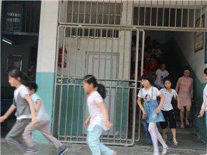潢川县逸夫艺术小学举行学生应急疏散演练