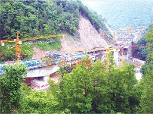 崇山俊林中的巴陕高速石桥河特大桥完成90%工程量