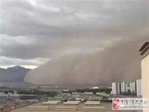 强沙尘暴袭击格尔木!这样黄沙漫天的场面好像电影……