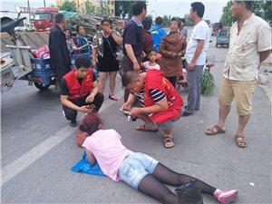 阜城突发!富德路一骑电动车女子倒地,满脸血迹,阳光义工救援队紧急赶到现