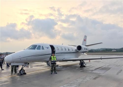 第一架飞机来了!泸州云龙机场接受校飞