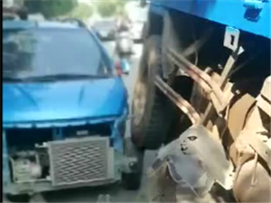 新宁观瀑路段发生惊险车祸,你绝对没见过
