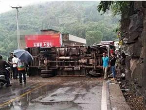 通江一辆货车侧翻横躺公路,阻断交通,路人问:咋做到的?