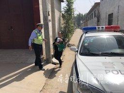 看病返程途中抛锚,邹城巡逻交警驾车送一岁娃回家