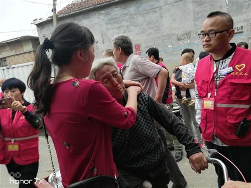 阜城码头76岁老太骑三轮走失两天一夜,阳光义工驱车40多公里找到老人,母女抱头痛哭
