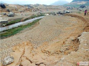 干枯的河�f水库露出河�f水古村遗址