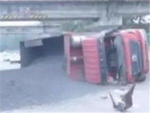 惊险!运煤货车侧翻将一辆小汽车压扁,大量燃料泄露。