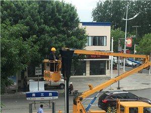 施工人员正在南三路维修红路灯