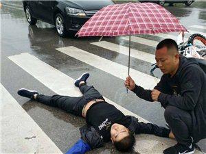 一把雨伞,温暖一座城,澳门地下赌场娱乐这位举伞哥你认识吗?