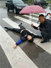 一把雨伞,温暖一座城,阜城这位举伞哥你认识吗?