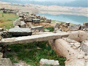 干枯的河輋水库露出河輋水古村遗址