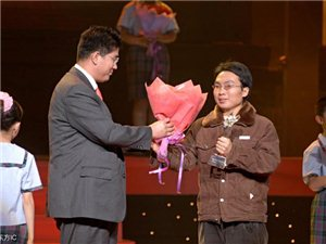洪战辉,周口西华县人,带妹妹艰难求学,被评2005年感动中国人物