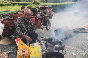 【走近】第20期:澳门威尼斯人网站这位66岁老人白天炸爆米花,晚上还要去医院...