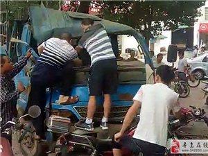 突发!水源桥头两农用车发生相撞,驾驶室严重变形,多辆摩托车被撞倒!
