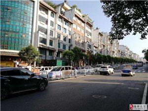 镇雄县南大街民中路口,微型车将一学生撞飞!这里学校这么多!请慢行