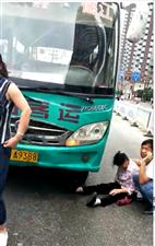 5月25日下午 一女子在德江城?#19979;?#27573; 横穿马路被大巴车撞上