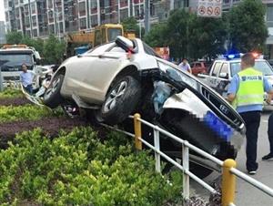 【视频】25日下午望江钟楼附近发生一起翻车事故