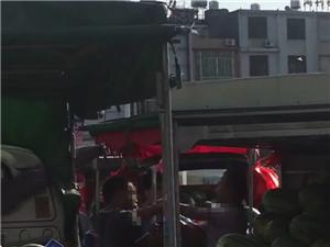 今天下午四点多,河婆大桥二卖西瓜的摊位不知何等原因,持刀相向,好在民警迅速赶到,避免了人员受伤的事件