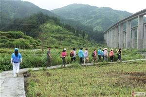 邹城阳光户外群:穿越在江西婺源上溪村的乡间小道上!