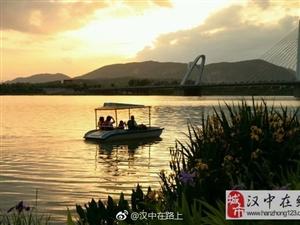 夕阳西山下,汉江江水红。